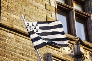 Die Flagge der Bretagne flattert stolz im Wind