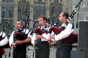 """Musik aus der Bretagne wurzelt im Erbe der keltischen Kultur. Hier spielen die Musiker den bretonischen Dudelsack """"biniou""""."""