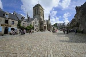 Marktplatz von Locronan mit der Kirche Saint-Ronan