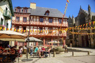 Marktplatz und Basilika Josselin